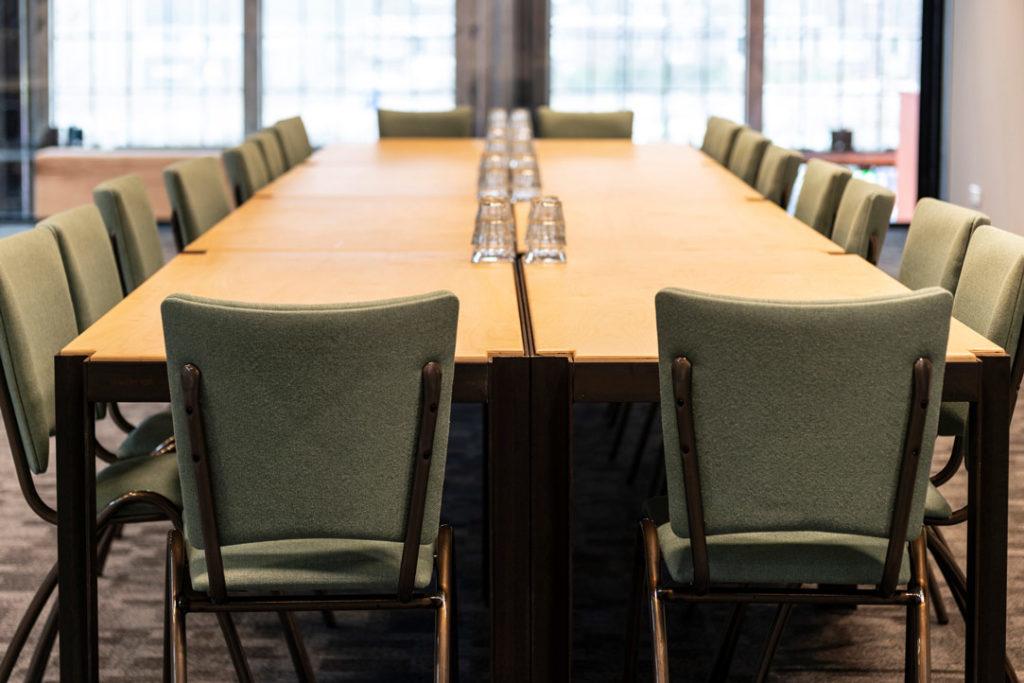 vergaderruimte tafel stoelen groen