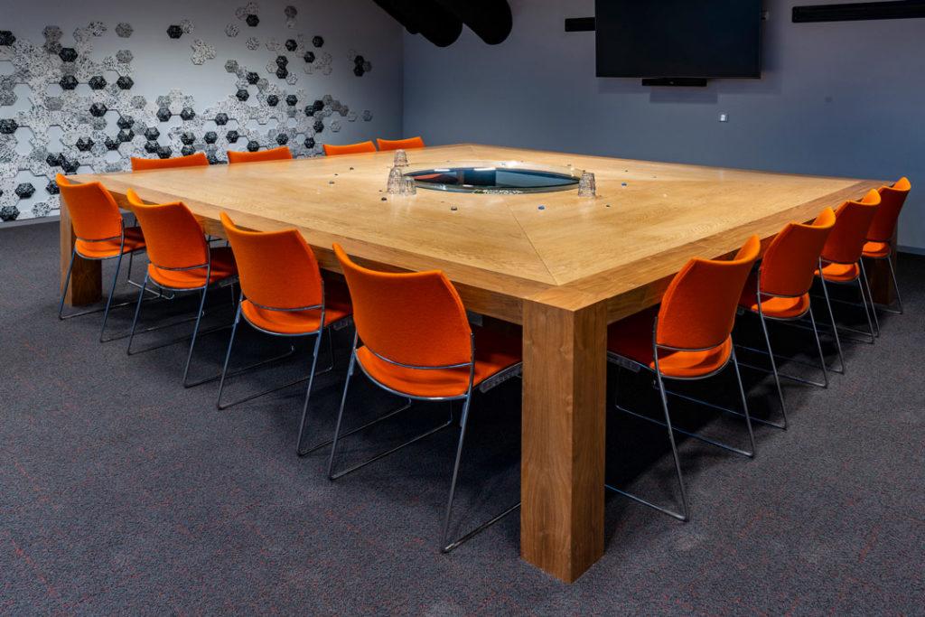 vergaderruimte stoelen oranje