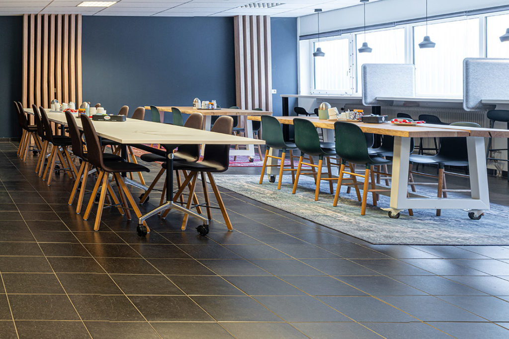 Kantine blauw hout tafels