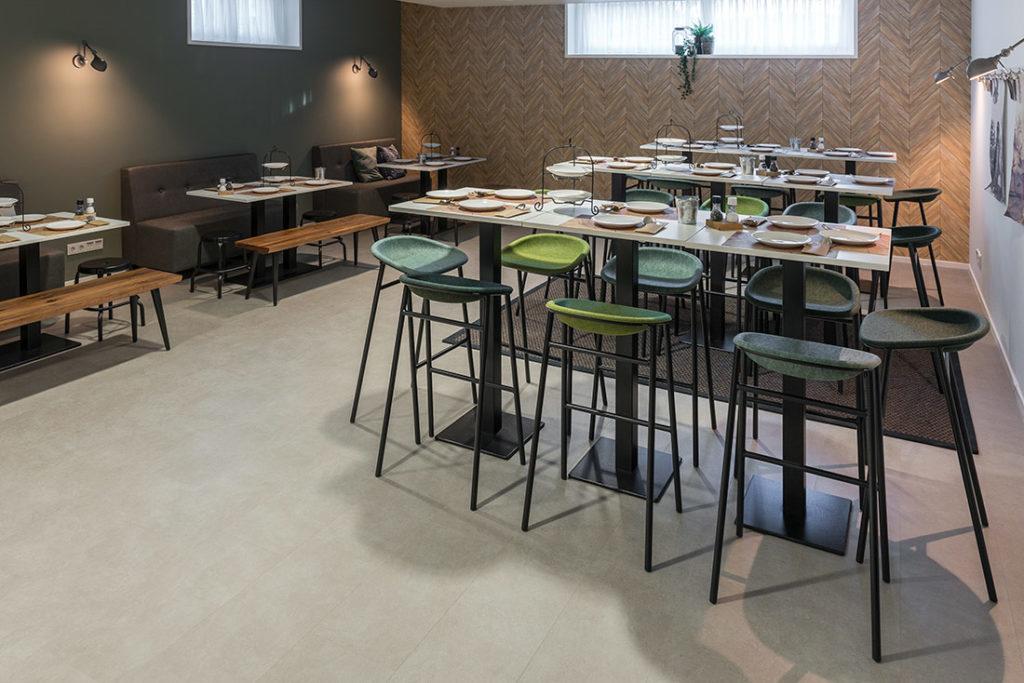 Kantine groen stoelen tafels