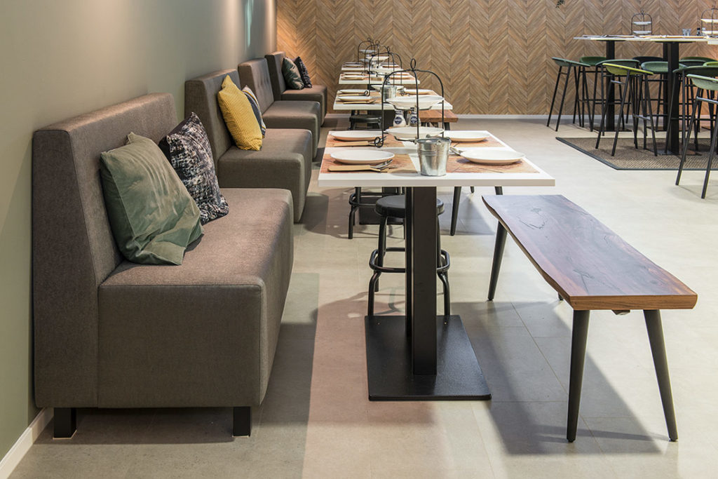 Kantine wit tafels houten bankjes