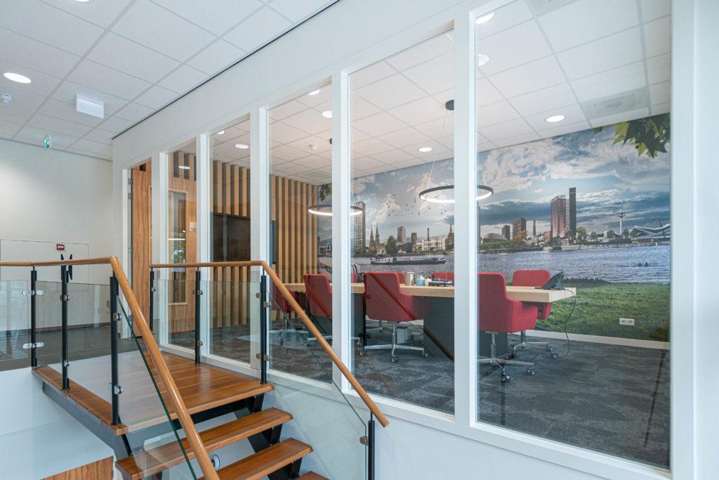 Vergaderruimte trap glas hout
