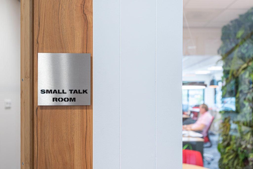small talk room deurplaat
