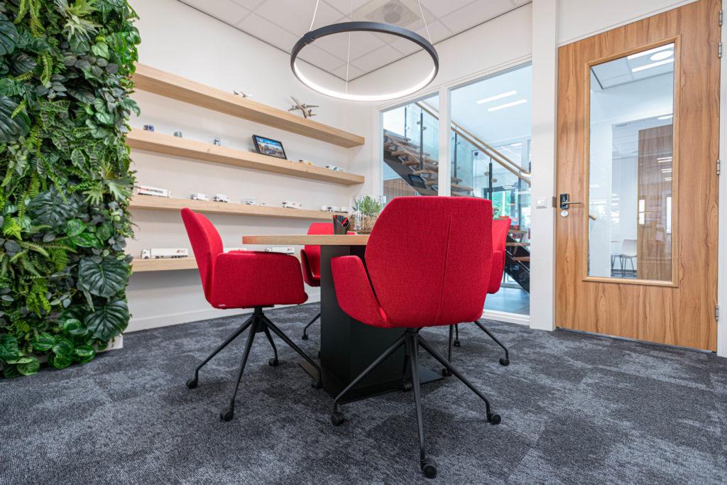 Kantine lage stoel rood hout