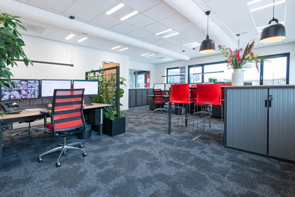 kantoorruimte rood zwart kast