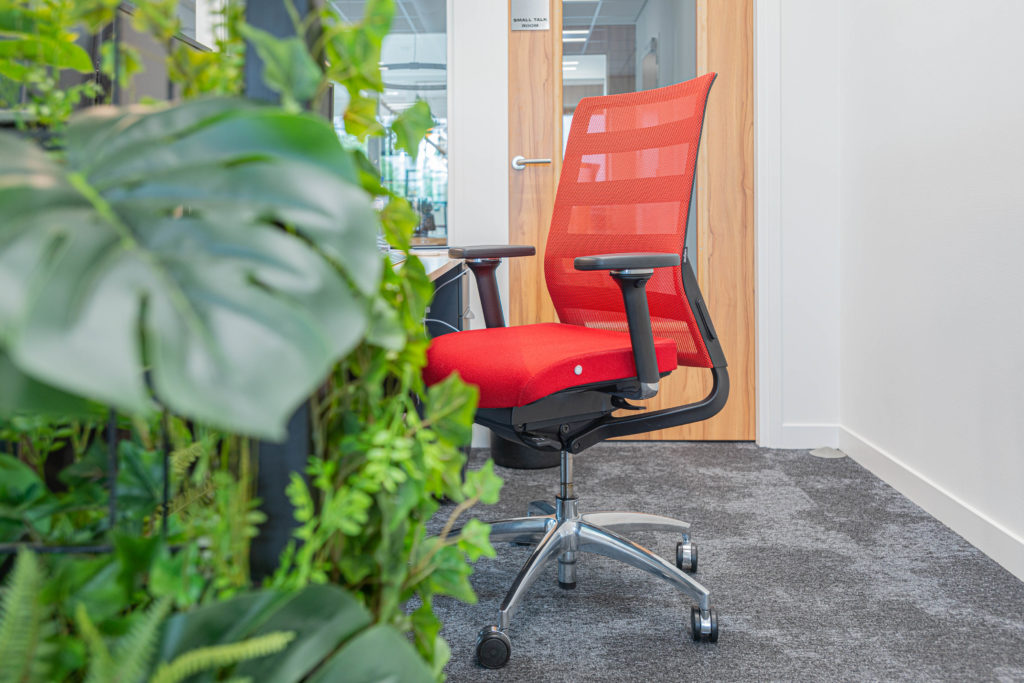 bureaustoel rood zwart plantenblad