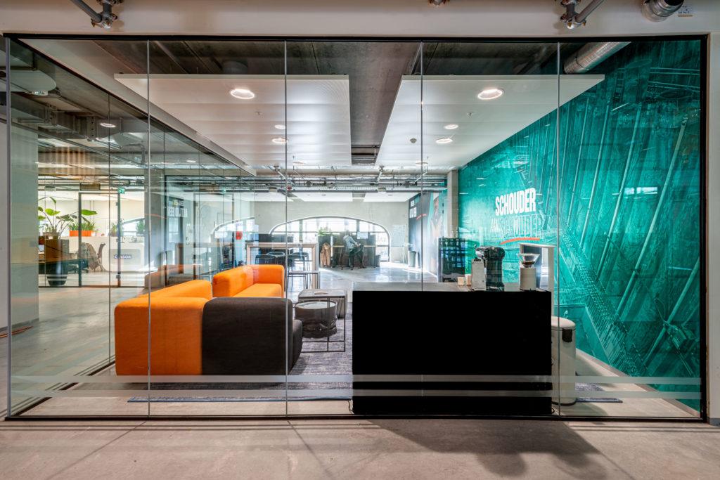 kantoorruimte oranje groen glas zwart