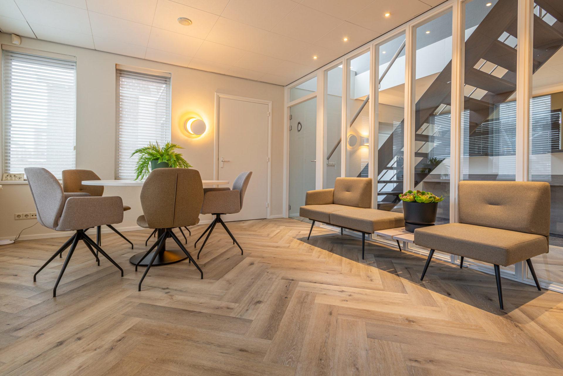 DKT2 bruin stoelen banken planten