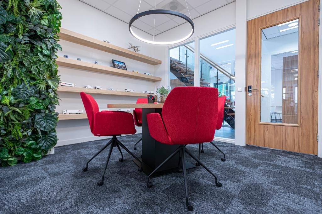 Rode stoelen vloertapijt blauw 26
